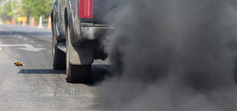 carro com fumo preto
