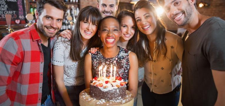 pessoas festejam aniversario