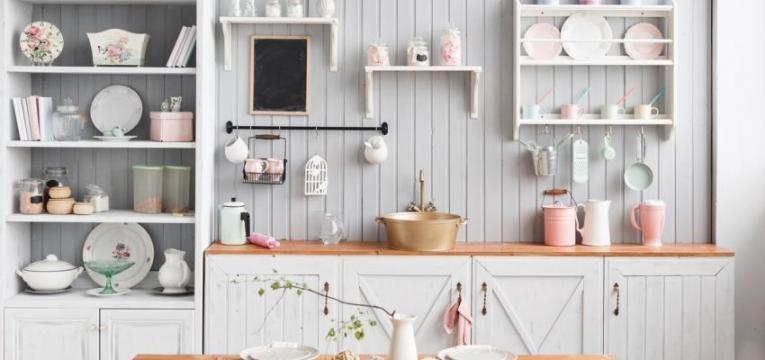 cozinha com móveis e utensílios bem organizados