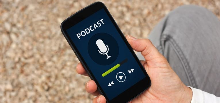 como ganhar dinheiro com um podcast