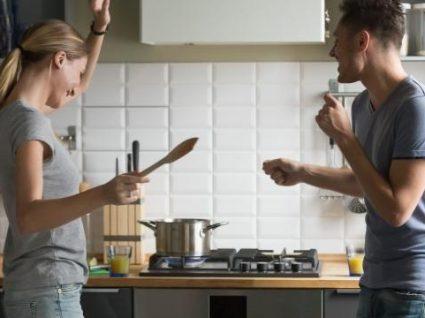casal na cozinha divertidos a preparar uma refeição