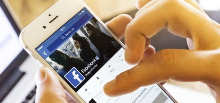 pessoa usa facebook