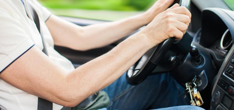 Retrato de um homem de conduzir o seu carro