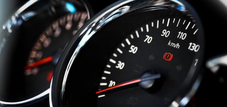 Close up shot of a speedometer in a car Premium Access XSSML 2122 x 1415 px   17.97 x 11.98 cm @ 300 dpi   3.0 MP  Adicionar notas FAZER DOWNLOAD NOVAMENTE Detalhes Crédito:bizoo_n Creative nº:179043627 Tipo de licença:Royalty-free Coleção:iStock / Getty Images Plus Inf. sobre