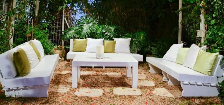 sofá no jardim
