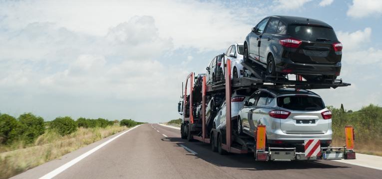 Na estrada de transporte de automóveis