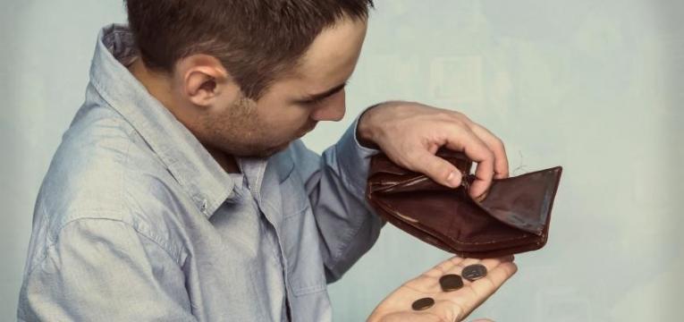 hábitos das pessoas com pouco dinheiro