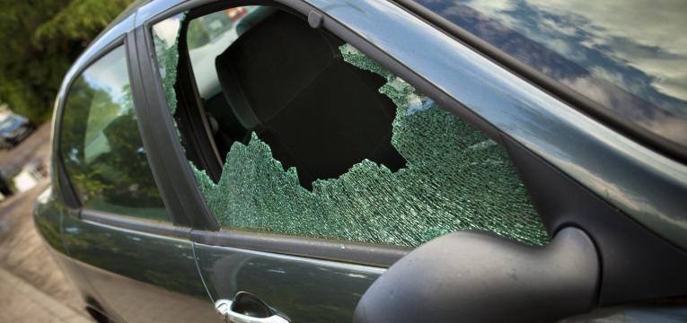 Destruída janela do Carro