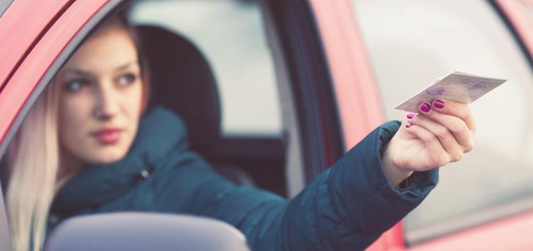 Jovem motorista mostrando Carta de Condução