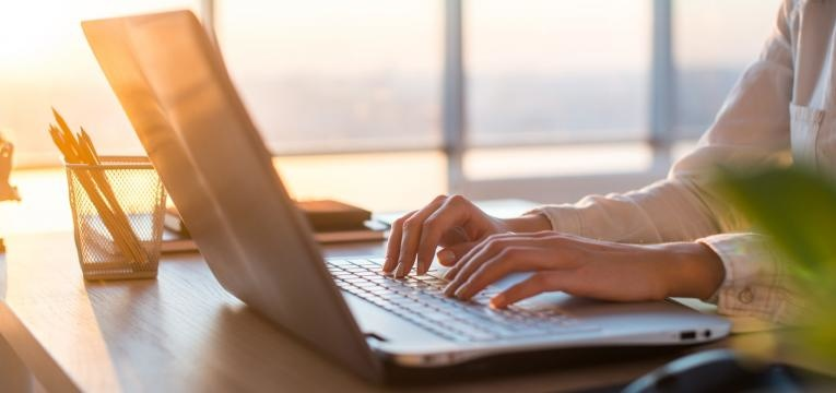 mulher utiliza computador