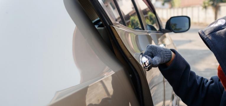 ladrão a roubar carro
