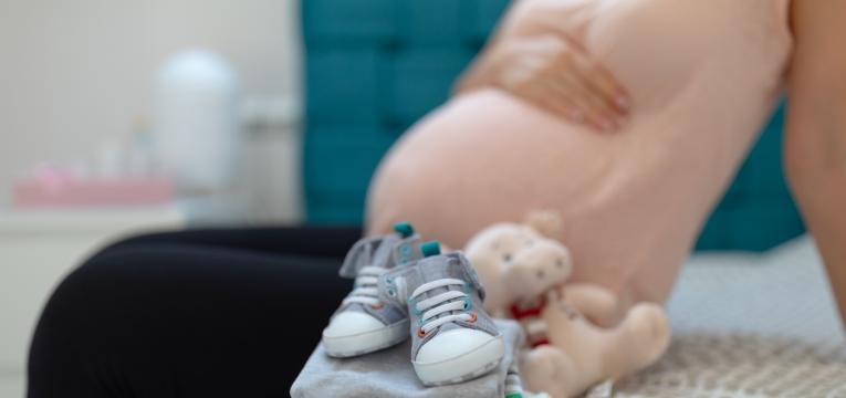 mulher grávida sentada