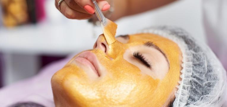 mascara de ouro para a pele