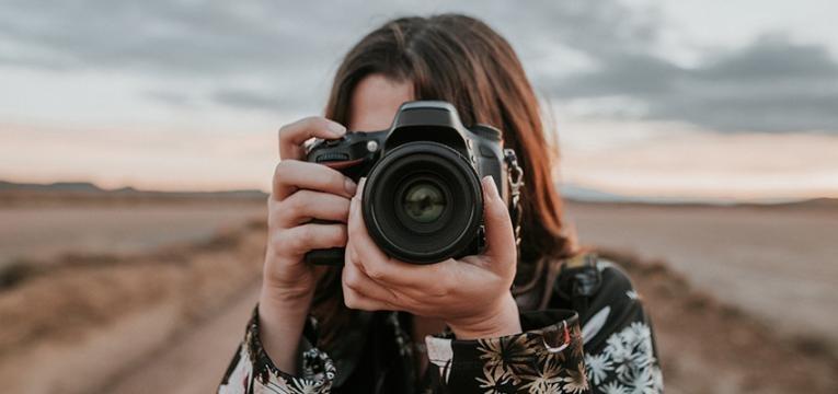 mulher usa camara fotografica