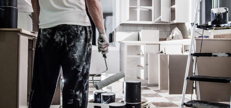homem a pintar a cozinha