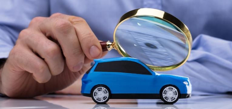 analisar um carro com uma lupa