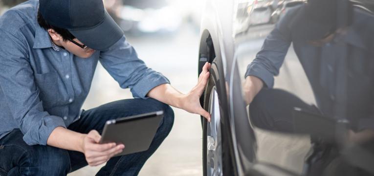 senhor a verificar se o carro tem os requisitos para ser rebaixado