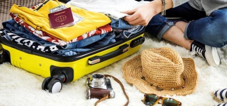 mala feita com roupas e acessórios para férias