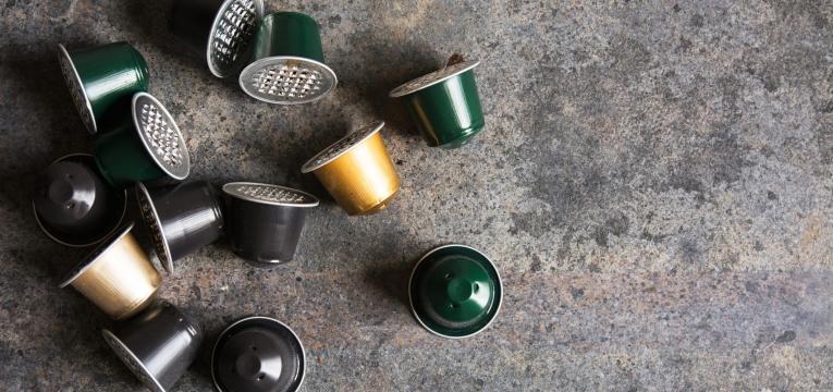 várias cápsulas de café