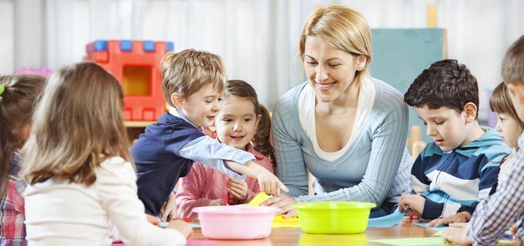Crianças e educadora a fazer atividades no infantário