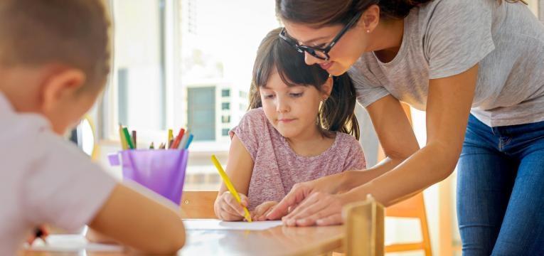 professora a ajudar aluna individualmente