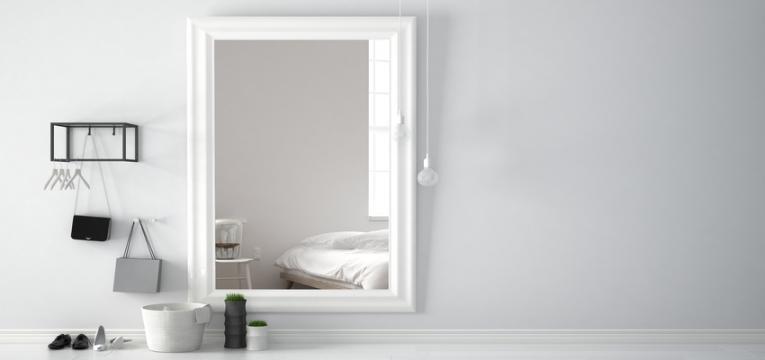 espelho e outros acessórios de quarto