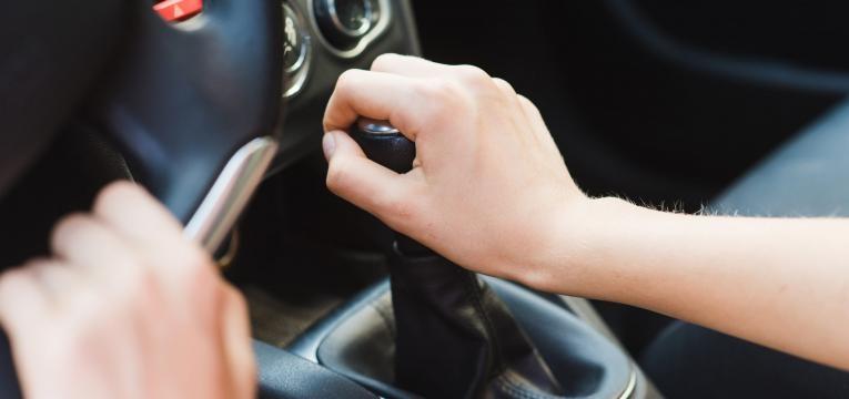 travar com as velocidades manuais do carro