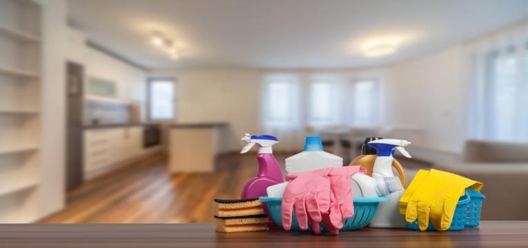 organização da despensa: produtos de limpeza em cima de um balcão