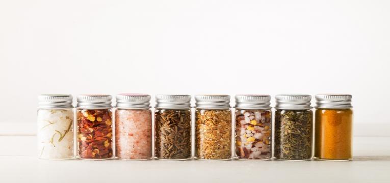 organização da despensa: alimentos guardados em frascos