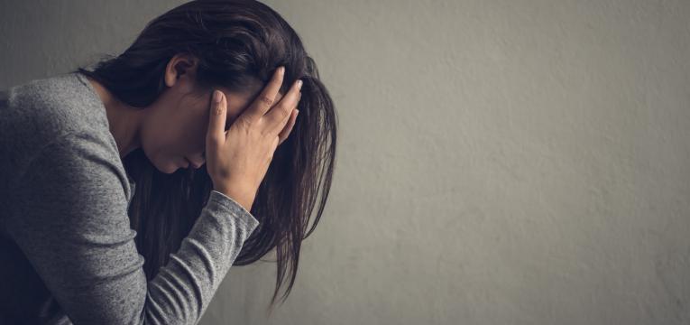 mulher angustiada com medo de falar em público
