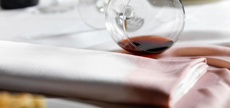 como tirar nódoas de vinho tinto