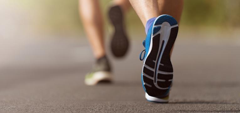 pés a correr em pavimento