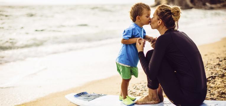 Beijar os filhos na boca é um ato de carinho