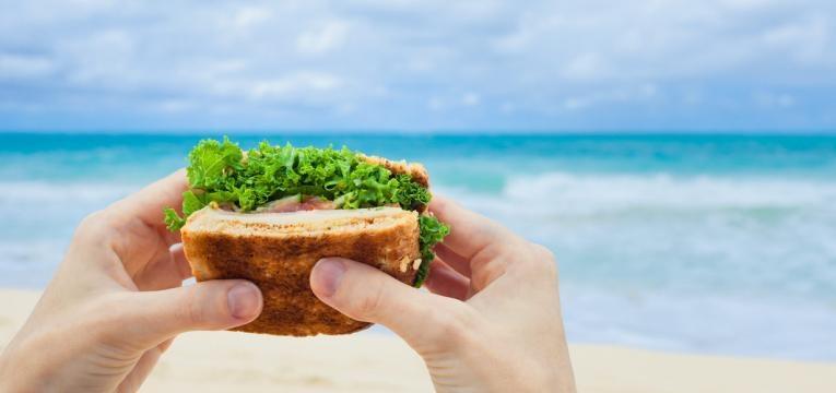 comer na praia com crianças