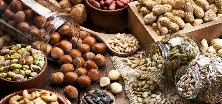 os frutos secos são uma boa opção se quer aprender como estimular a produção de melanina