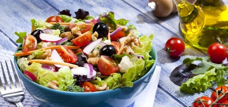 comer salada é uma das formas de cortar 500 calorias todos os dias