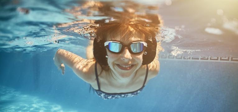 aprenda os cuidados a ter com as crianças na piscina
