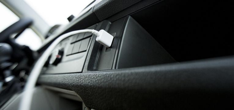 carregar telemóvel no carro