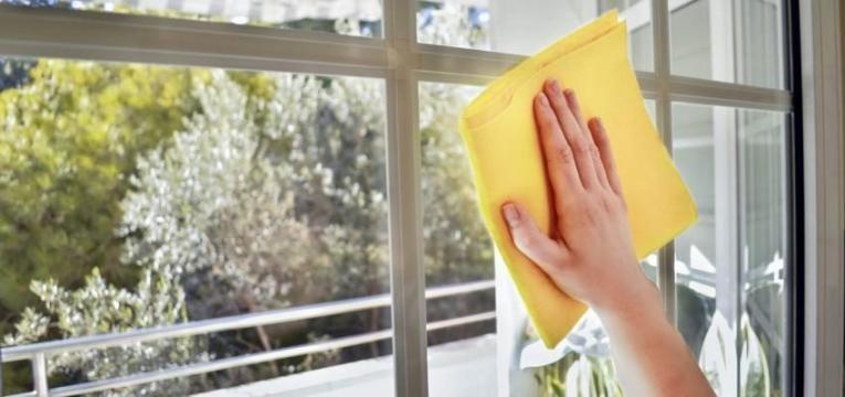 pessoa a limpar vidros de uma janela