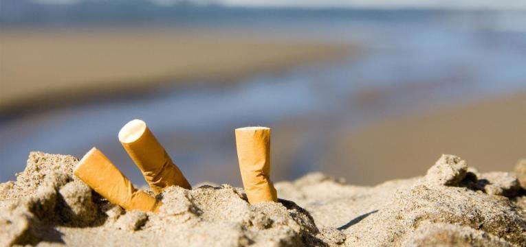 fumar na praia