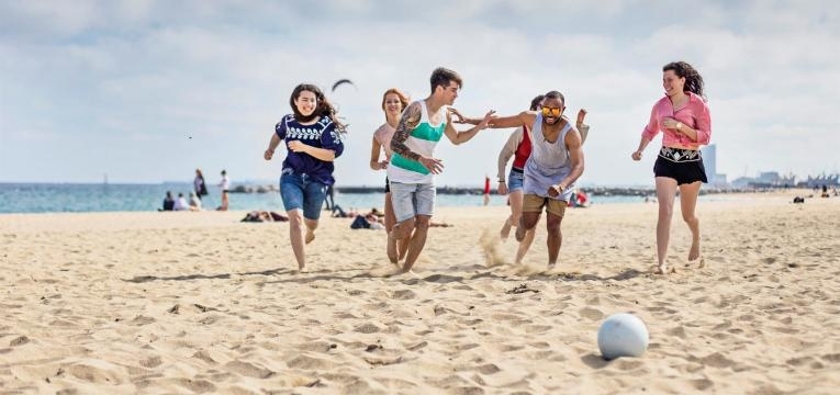 jogar a bola na praia