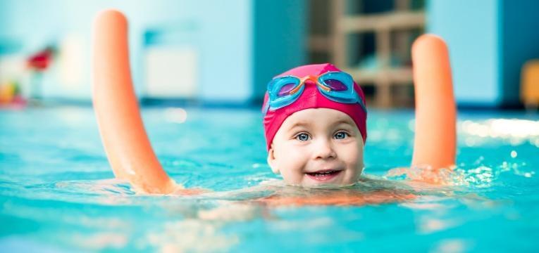 usar boias e braçadeiras é um dos cuidados a ter com as crianças na piscina
