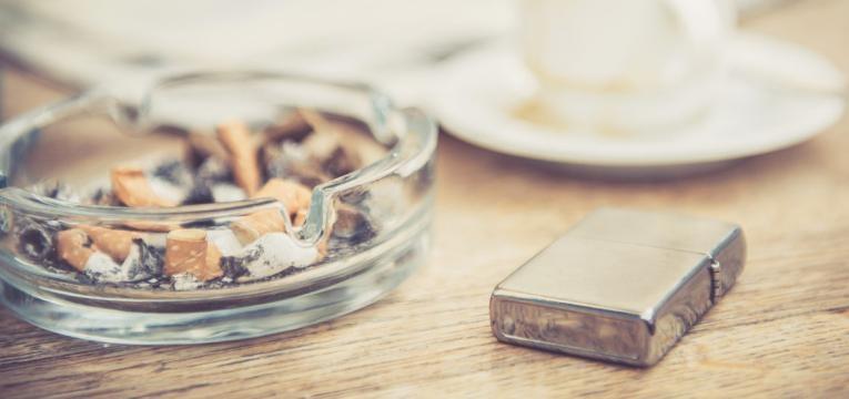 livrar-se do objetos relacionados com o tabaco é uma das dicas para deixar de fumar