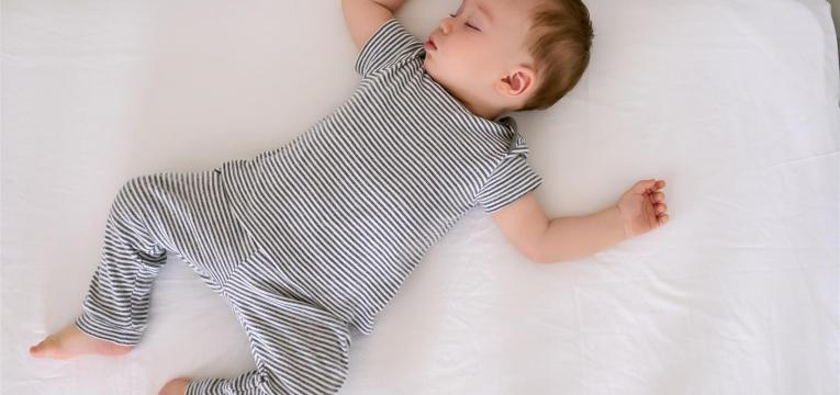 saiba qual é a melhor posição para o bebé dormir