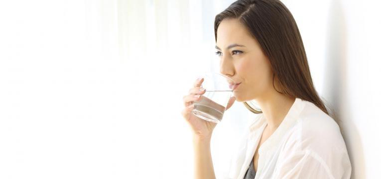 beber água é um dos hábitos que dão vida