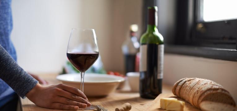 O consumo excessivo de vinho tinto não é benéfico
