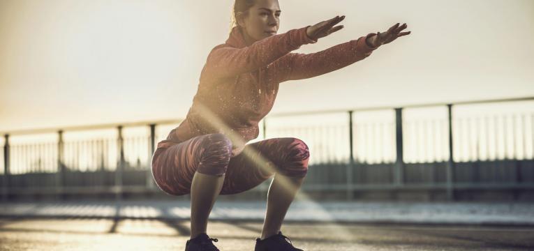 agachamentos são bons exercícios para pernas