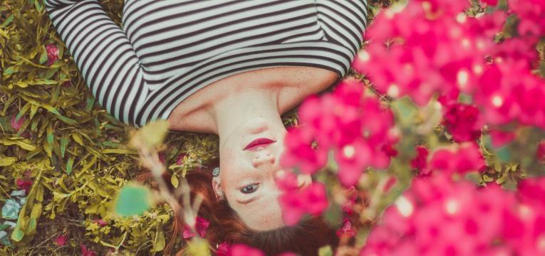 mulher deitada em flores
