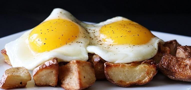 batatas bravas com ovos