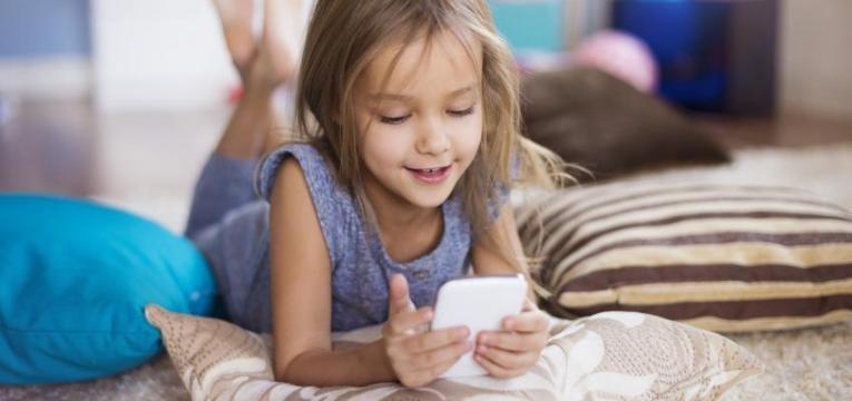criança a usar smartphone